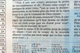 Pourquoi y a-t-il des mots entre [crochets] dans nos Bibles ?
